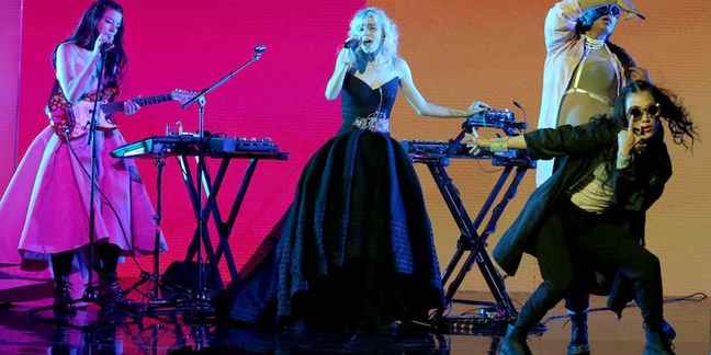 """Grimes Performs """"Flesh Without Blood"""" on """"The Tonight Show"""": Watch"""